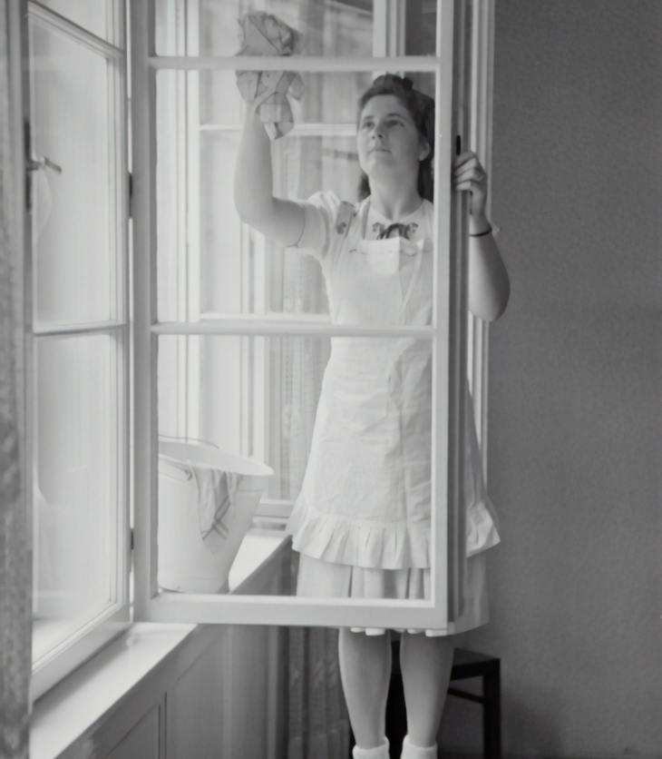 oude foto van vrouw ramen lappen